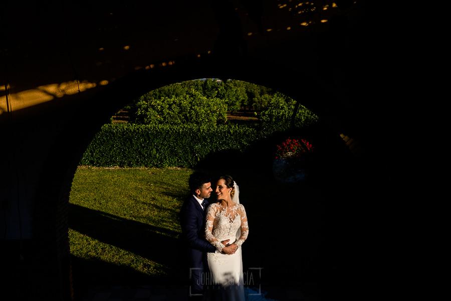 Boda en Hacienda de Regla, Sevilla, de Jessica y Sergio, Johnny García, fotógrafo de bodas en Sevilla; los novios en un rincón.