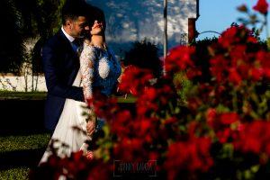 Boda en Hacienda de Regla, Sevilla, de Jessica y Sergio, Johnny García, fotógrafo de bodas en Sevilla; los novios delante de un rosal.