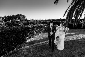 Boda en Hacienda de Regla, Sevilla, de Jessica y Sergio, Johnny García, fotógrafo de bodas en Sevilla; los novios camino del aperitivo.