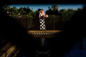 Boda en Hacienda de Regla, Sevilla, de Jessica y Sergio, Johnny García, fotógrafo de bodas en Sevilla; la pareja junto a la piscina.
