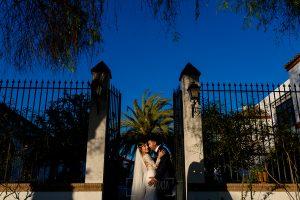 Boda en Hacienda de Regla, Sevilla, de Jessica y Sergio, Johnny García, fotógrafo de bodas en Sevilla; los novios en la entrada de la hacienda de Regla.