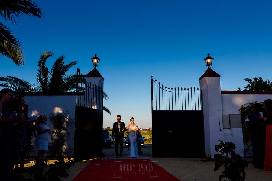 Boda en Hacienda de Regla, Sevilla, de Jessica y Sergio, Johnny García, fotógrafo de bodas en Sevilla; los novios entran al aperitivo.