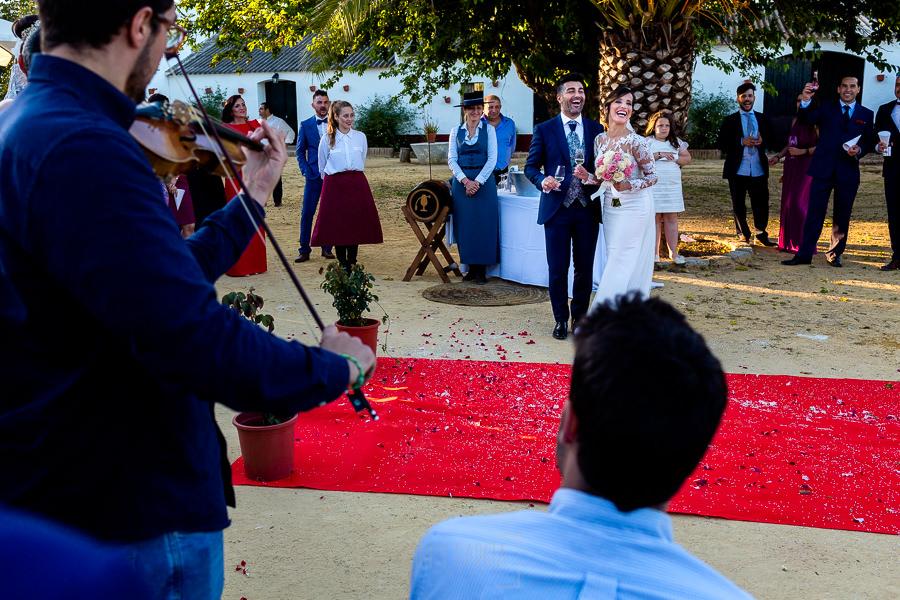 Boda en Hacienda de Regla, Sevilla, de Jessica y Sergio, Johnny García, fotógrafo de bodas en Sevilla; los novios brindan con los invitados.