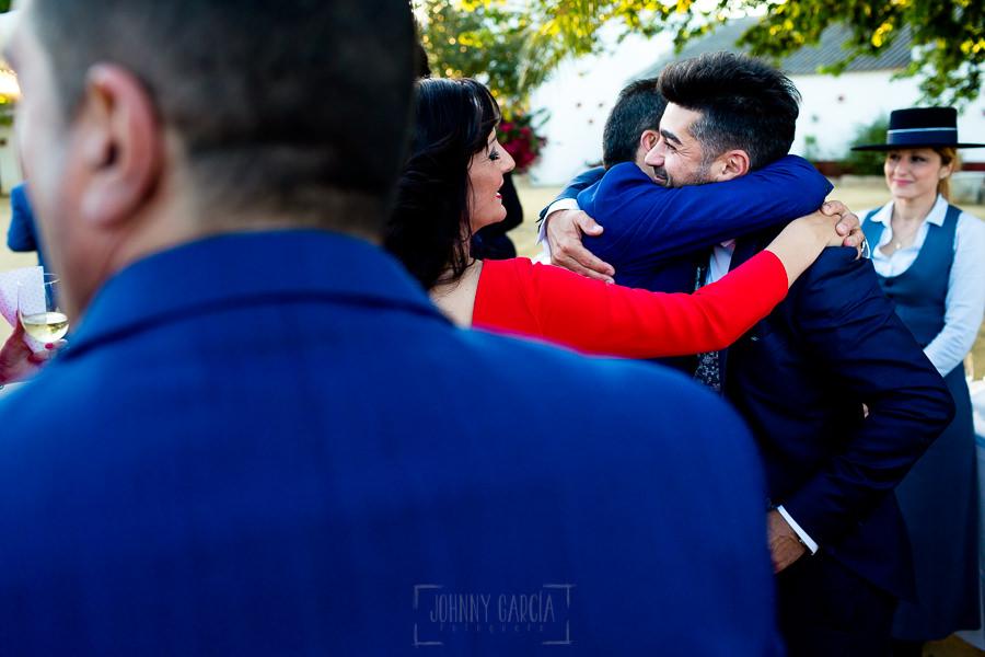 Boda en Hacienda de Regla, Sevilla, de Jessica y Sergio, Johnny García, fotógrafo de bodas en Sevilla; Sergio abraza a familiares.