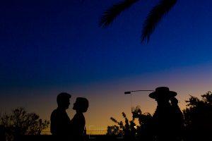 Boda en Hacienda de Regla, Sevilla, de Jessica y Sergio, Johnny García, fotógrafo de bodas en Sevilla; contraluz de los novios mientras sirven un fino.