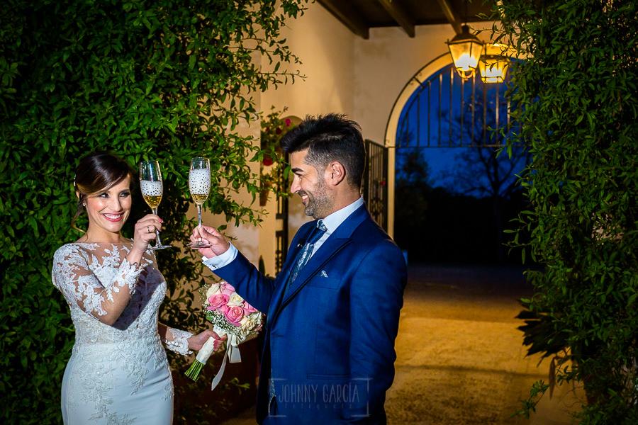 Boda en Hacienda de Regla, Sevilla, de Jessica y Sergio, Johnny García, fotógrafo de bodas en Sevilla; los novios brindan a la entrada del banquete.