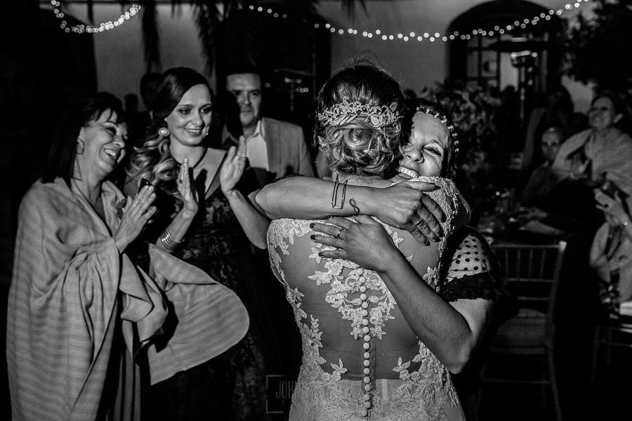 Boda en Hacienda de Regla, Sevilla, de Jessica y Sergio, Johnny García, fotógrafo de bodas en Sevilla; la novia entrega el ramo a su hermana.