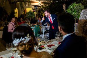 Boda en Hacienda de Regla, Sevilla, de Jessica y Sergio, Johnny García, fotógrafo de bodas en Sevilla; un amigo canta durante el banquete.