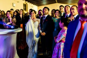 Boda en Hacienda de Regla, Sevilla, de Jessica y Sergio, Johnny García, fotógrafo de bodas en Sevilla; los videógrafos proyectan un resumen de la boda.