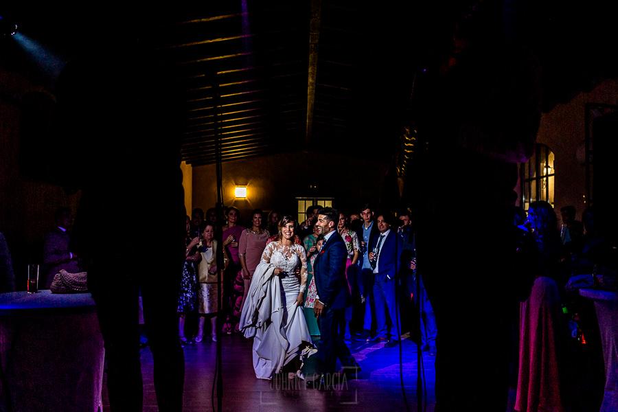 Boda en Hacienda de Regla, Sevilla, de Jessica y Sergio, Johnny García, fotógrafo de bodas en Sevilla; los novios escuchan la música en directo.
