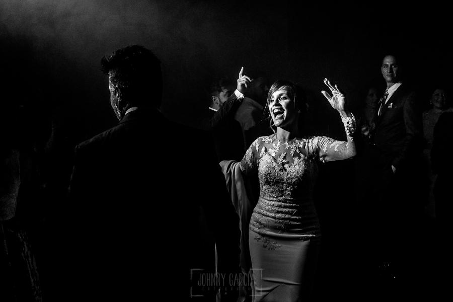 Boda en Hacienda de Regla, Sevilla, de Jessica y Sergio, Johnny García, fotógrafo de bodas en Sevilla; los novios disfrutando.