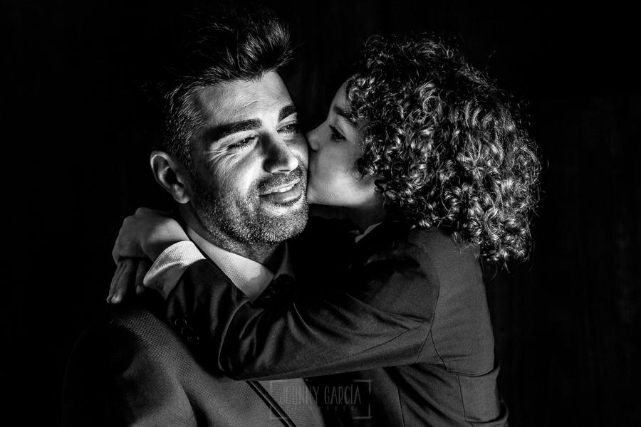Boda en Hacienda de Regla, Sevilla, de Jessica y Sergio, Johnny García, fotógrafo de bodas en Sevilla; Manuel le da un beso al novio, su padre.