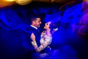 Boda en Hacienda de Regla, Sevilla, de Jessica y Sergio, Johnny García, fotógrafo de bodas en Sevilla; los novios bailan pegados.