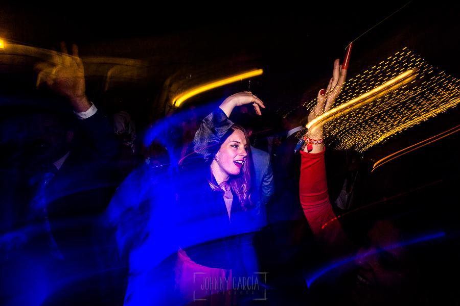 Boda en Hacienda de Regla, Sevilla, de Jessica y Sergio, Johnny García, fotógrafo de bodas en Sevilla; amigas de la novia bailando.