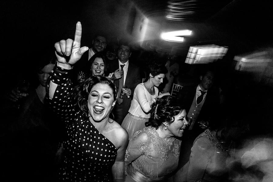 Boda en Hacienda de Regla, Sevilla, de Jessica y Sergio, Johnny García, fotógrafo de bodas en Sevilla; los invitados en la pista de baile.