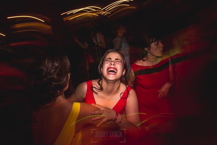 Boda hotel Ruta Imperial de Sandra y David realizada por el fotógrafo de bodas en Jarandilla de la Vera Johnny García, familiares bailan y rien
