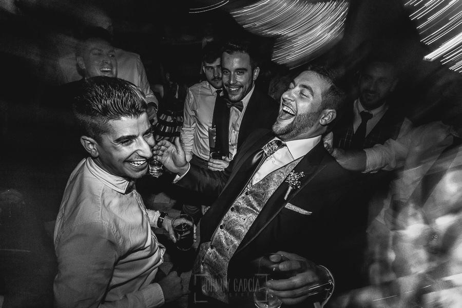 Boda hotel Ruta Imperial de Sandra y David realizada por el fotógrafo de bodas en Jarandilla de la Vera Johnny García, David con un familiar bailando