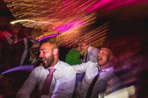Boda hotel Ruta Imperial de Sandra y David realizada por el fotógrafo de bodas en Jarandilla de la Vera Johnny García, el hermano de la novia baila en la fiesta