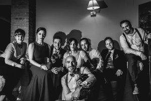 Boda hotel Ruta Imperial de Sandra y David realizada por el fotógrafo de bodas en Jarandilla de la Vera Johnny García, retrato de familia junto a los novios, testigos y fotógrafos de la boda