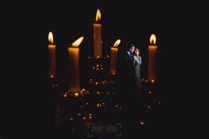 Boda hotel Ruta Imperial de Sandra y David realizada por el fotógrafo de bodas en Jarandilla de la Vera Johnny García, una foto de los novios con un candelabro del hotel Ruta Imperial