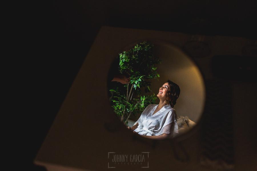 Boda hotel Ruta Imperial de Sandra y David realizada por el fotógrafo de bodas en Jarandilla de la Vera Johnny García, Sandra reflejada en un espejo.