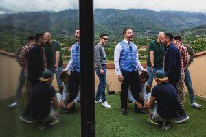 Boda hotel Ruta Imperial de Sandra y David realizada por el fotógrafo de bodas en Jarandilla de la Vera Johnny García, David con el chaleco ya puesto.