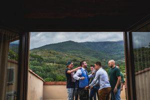 Boda hotel Ruta Imperial de Sandra y David realizada por el fotógrafo de bodas en Jarandilla de la Vera Johnny García, David junto a sus amigos en la terraza.