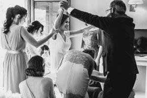 Boda hotel Ruta Imperial de Sandra y David realizada por el fotógrafo de bodas en Jarandilla de la Vera Johnny García, el padre de la novia ayuda con el vestido