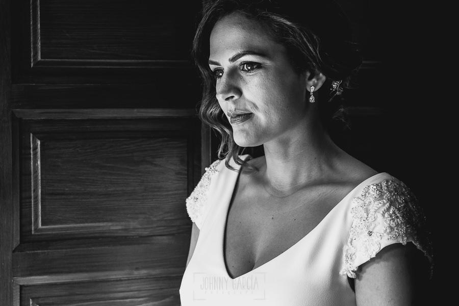 Boda hotel Ruta Imperial de Sandra y David realizada por el fotógrafo de bodas en Jarandilla de la Vera Johnny García, retrato en blanco y negro de sandra