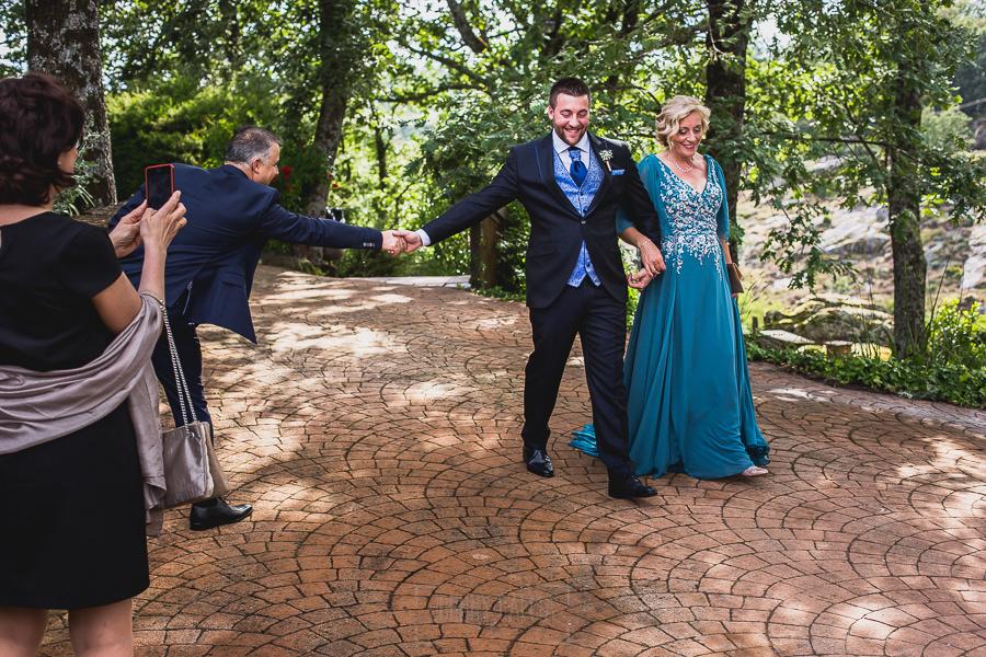Boda hotel Ruta Imperial de Sandra y David realizada por el fotógrafo de bodas en Jarandilla de la Vera Johnny García, David llega al jardín