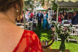 Boda hotel Ruta Imperial de Sandra y David realizada por el fotógrafo de bodas en Jarandilla de la Vera Johnny García, David de camino al altar