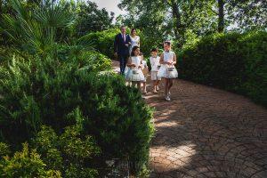 Boda hotel Ruta Imperial de Sandra y David realizada por el fotógrafo de bodas en Jarandilla de la Vera Johnny García, Sandra de camino al altar
