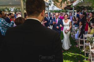 Boda hotel Ruta Imperial de Sandra y David realizada por el fotógrafo de bodas en Jarandilla de la Vera Johnny García, Sandra se acerca al altar