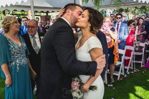 Boda hotel Ruta Imperial de Sandra y David realizada por el fotógrafo de bodas en Jarandilla de la Vera Johnny García, primer beso de los novios