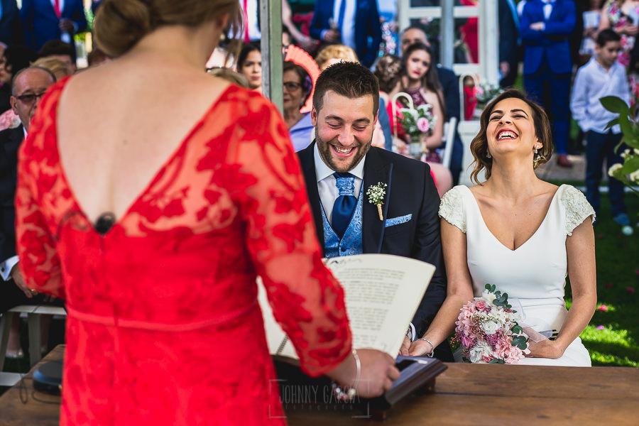 Boda hotel Ruta Imperial de Sandra y David realizada por el fotógrafo de bodas en Jarandilla de la Vera Johnny García, los novios rien con las palabras de la hermana de David