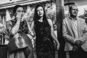 Boda hotel Ruta Imperial de Sandra y David realizada por el fotógrafo de bodas en Jarandilla de la Vera Johnny García, una invitada llora emocionada