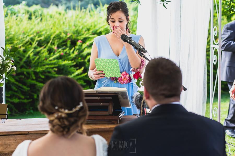 Boda hotel Ruta Imperial de Sandra y David realizada por el fotógrafo de bodas en Jarandilla de la Vera Johnny García, una amiga da un discurso