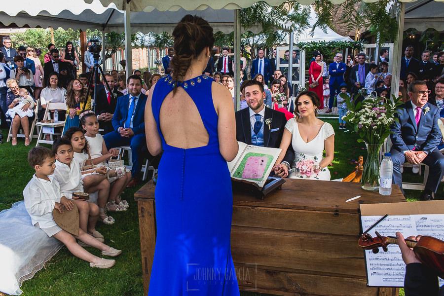 Boda hotel Ruta Imperial de Sandra y David realizada por el fotógrafo de bodas en Jarandilla de la Vera Johnny García, una prima se dirige a los novios