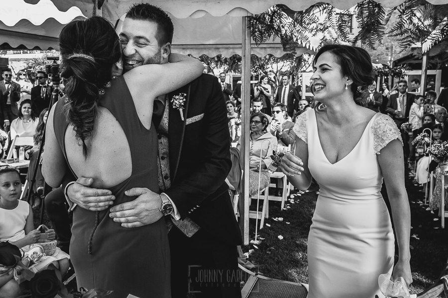 Boda hotel Ruta Imperial de Sandra y David realizada por el fotógrafo de bodas en Jarandilla de la Vera Johnny García, David abraza a su prima tras el discurso
