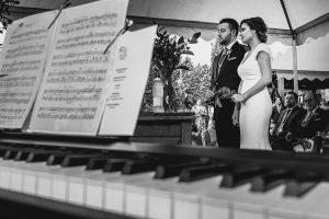 Boda hotel Ruta Imperial de Sandra y David realizada por el fotógrafo de bodas en Jarandilla de la Vera Johnny García, detalle de la música en directo de la ceremonia