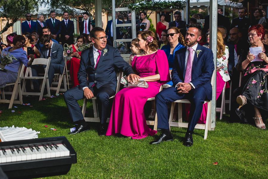 Boda hotel Ruta Imperial de Sandra y David realizada por el fotógrafo de bodas en Jarandilla de la Vera Johnny García, los padres de Sandra