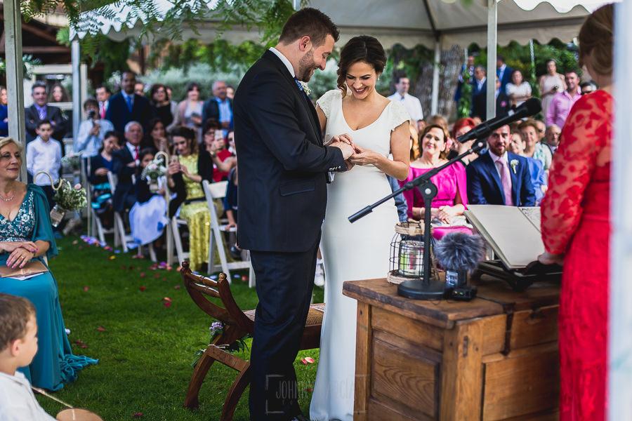 Boda hotel Ruta Imperial de Sandra y David realizada por el fotógrafo de bodas en Jarandilla de la Vera Johnny García, intercambio de anillos de los novios.