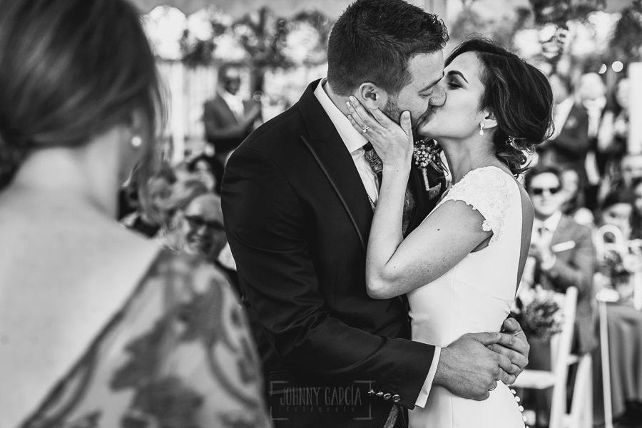 Boda hotel Ruta Imperial de Sandra y David realizada por el fotógrafo de bodas en Jarandilla de la Vera Johnny García, primer beso de la pareja una vez casados.