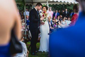 Boda hotel Ruta Imperial de Sandra y David realizada por el fotógrafo de bodas en Jarandilla de la Vera Johnny García, intercambio de rosas entre los novios