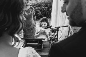 Boda hotel Ruta Imperial de Sandra y David realizada por el fotógrafo de bodas en Jarandilla de la Vera Johnny García, una peque les dedica unas palabras a los novios