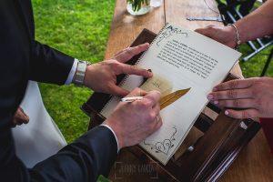 Boda hotel Ruta Imperial de Sandra y David realizada por el fotógrafo de bodas en Jarandilla de la Vera Johnny García, libro de firmas