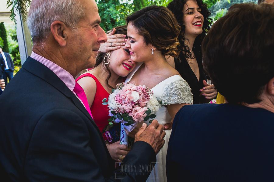 Boda hotel Ruta Imperial de Sandra y David realizada por el fotógrafo de bodas en Jarandilla de la Vera Johnny García, una invitadad emocionada junto a la novia.