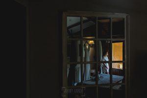 Boda hotel Ruta Imperial de Sandra y David realizada por el fotógrafo de bodas en Jarandilla de la Vera Johnny García, Sandra en la habitación del hotel Ruta Imperial