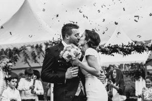 Boda hotel Ruta Imperial de Sandra y David realizada por el fotógrafo de bodas en Jarandilla de la Vera Johnny García, los novios se besan bajo una lluvia de pétalos