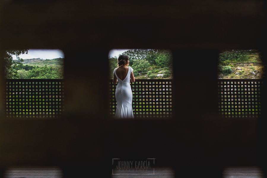 Boda hotel Ruta Imperial de Sandra y David realizada por el fotógrafo de bodas en Jarandilla de la Vera Johnny García, la novia de espaldas